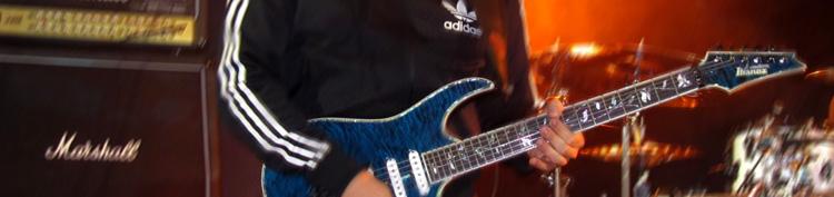 Ralf Sommerfeld mit Gitarren im Vordergrund und Hintergrund